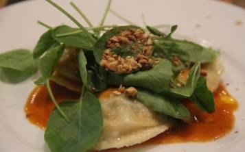 """La """"Pasta Casera"""" se compone de sorrentino de fricasé de conejo del país con nueces tostadas y berro."""
