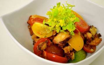 Chicharrón de pulpo con ensaladilla de tomates. (Foto: Tatiana Hernández)