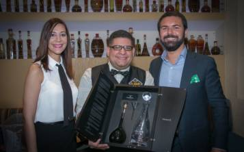 El ganador del concurso de fotografía del mes de septiembre fue el mixólogo puertorriqueño José Ortega (al centro). (Suministrada)