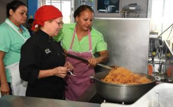 Chef Rosita Rosado, con las empleadas del comedor escolar de la Escuela Segunda Unidad Carlos Zayas en San Lorenzo, ofrece sugerencias sobre cómo mejorar el arroz con salchichas. (Suministrada)