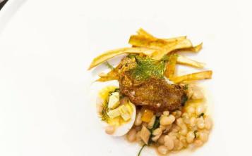José Carles Fábregas elaboró un curso que llevaba como protagonista el filete de mero montado en una ensalada de habichuelas blancas. (Suministrada)