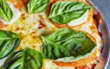 Media masa y abundancia de queso, hasta los bordes, para que se dore y se gratine, así es la pizza argentina. (Archivo)