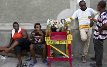Una vez el clairin fermenta y se filtra, se mete en recipientes de plástico para ser vendido en mercados y puestos callejeros. (AP Foto/Dieu Nalio Chery)