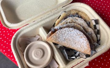 """Los """"pacos"""", como les llaman, consisten en tortas de harina rellenas de """"nuestras combinaciones favoritas"""". (Foto: Xuaem Tirado Ramos)"""