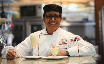 Chef Amparo Díaz con el coquito de cheesecake recién hecho.  (Suministrada)