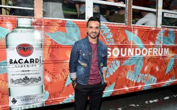 El cantante Luis Fonsi y Bacardí aprovecharon sus raíces caribeñas para reunir ritmos y cócteles a bordo de una colorida guagua. (Suministrada)