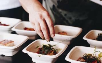 Los chefs René Marichal y Pierre-Philippe Saussy ofrecen a los visitantes un menú 100% boricua de cinco cursos. (Foto por Laylianny Otero)
