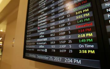 Panel con información de vuelos desde Puerto Rico cancelados o retrazados tras el paso del huracán María.