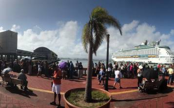 El puerto de San Juan luce grandes filas de personas que embarcarán en el Adventure of the Seas, de Royal Caribbean.
