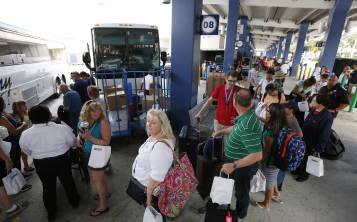 Los pasajeros de cruceros hacen fila para el transporte terrestre después de haber desembarcado del Liberty of the Seas, de Royal Caribbean International, el martes 29 de agosto de 2017, en PortMiami, en Miami.
