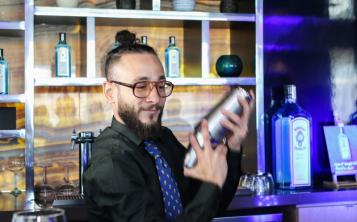 "Luis Pagán, de la barra Grass, ganó la competencia final local de ""Bombay Sapphire Most Imaginative Bartender""."