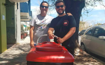 Los hermanos Christian y Luis Bautista se mantienen vendiendo paletas heladas pese a las dificultades  ocasionadas por el huracán María. (Libni Sanjurjo)