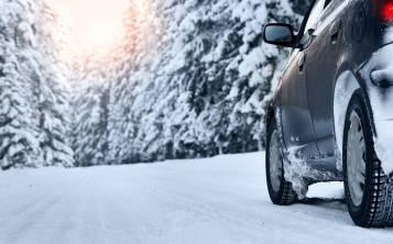 Al alquilar un auto verifica que esté preparado para manejar en la nieve.
