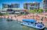 Uno de los barcos de Water Taxi de Baltimore hace una de sus múltiples paradas.