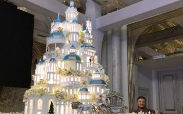 El repostero ruso Renat Agzamov posa feliz a un lado de su impresionante creación. (Instagram / renat_agzamov)