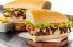 """En las guagüitas venden sándwiches de bistec, pollo, churrasco o """"El Mixto"""". (Suministrada)"""