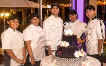 El chef ejecutivo de Copamarina Beach Resort & Spa, Fernando Nieves (al centro), junto a parte de su equipo de trabajo.