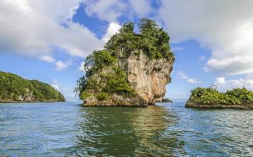 Las exuberantes formaciones rocosas en el Parque Nacional Los Haitises, en Samaná, parecen sacadas de una película de fantasía. (Shutterstock.com)