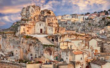 Santa María de Idris se encuentra en la parte superior de Monterrone, un gran acantilado de piedra caliza que se eleva en el medio del Sasso Caveoso. (Shutterstock.com)