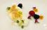 Tarta de queso y vainilla (cheesecake) deconstruido, adornado con flores comestibles. (Suministrada)