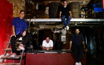 Roberto Berdecía, Frank Busó, Pablo Rodríguez y Leslie Cofresí, propietarios de La Factoría, en la barra de El Final. (Foto: Gerald López)