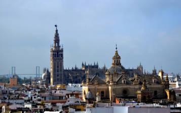 Vista de los tejados del centro sevillanos, de la Iglesia Divino Salvador y de la Catedral de Sevilla. (Wanda Mártir / Especial para GFR Media)