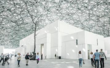 El interior del Louvre Abu Dabi está cubierto por una gigantesca cúpula que deja pasar la luz solar para crear un atractivo juego de iluminación. (Shutterstock.com)