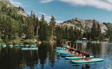 Wanderlust tiene un resort en North Lake Tahoe, en California, donde las personas pueden hacer ejercicios sobre tablas flotadoras.(Amanda Senior/ Wanderlust via AP)
