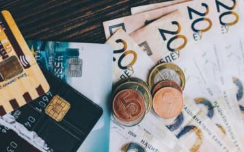 Los turistas dependen de tarjetas de crédito, débito o de cajeros automáticos para pagar hoteles, comidas en restaurantes y otros. (Shutterstock.com)