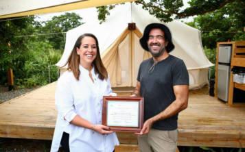 A la izquierda, Carla Campos, de la Compañía de Turismo, junto a Alberto Ramos, propietario de Pitahaya Glamping Eco-Retreat. (Suministrada)